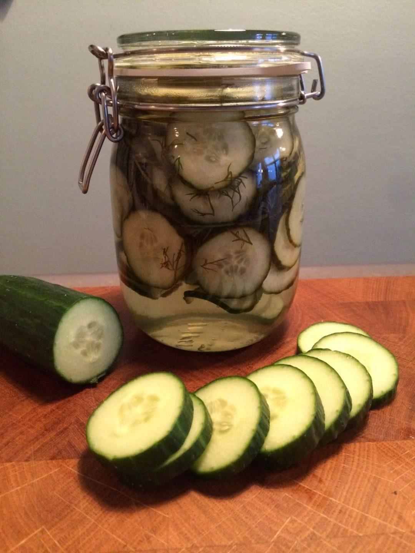 Zoetzure komkommer inmaken met dille. Een heerlijke manier om je komkommers te wecken. Lekker door de salade, bij de lunch of als komkommer pickles bij je avondeten.
