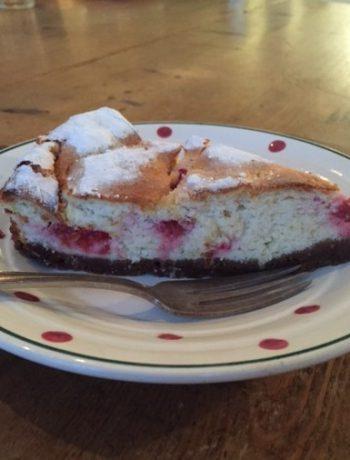 Kwarktaart met frambozen uit de oven. Een heerlijke en ietwat gezondere variant van cheesecake. En veel minder zoet. Een makkelijk recept om te bakken en heerlijk voor bij de koffie.