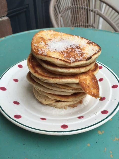 Volkoren spelt pancakes. Een heerlijk zondag ochtend ontbijt met een gezonde twist. Door het gebruik van volkoren speltmeel net wat voedzamer dan gewone pancakes. Als je nog pancakes over hebt ook nog lekker om koud te eten tijdens de lunch.