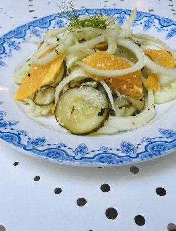 Venkelsalade met sinaasappel en komkommer. Een heerlijke frisse, vegeatrsiche en gezonde salade die ook nog eens super makkelijk is.