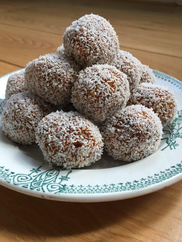 Wortelballetjes met dadel en kokos. Een gezond, suikervrij, koemelkvrij, glutenvrij en veganistisch tussendoortje. Maar bovenal erg lekker! Heel geschikt als traktatie of gewoon bij de koffie.