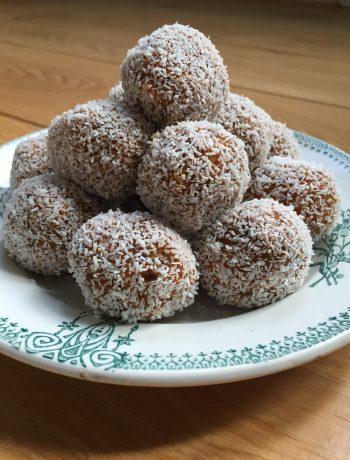 Wortelballetjes met dadel en kokos
