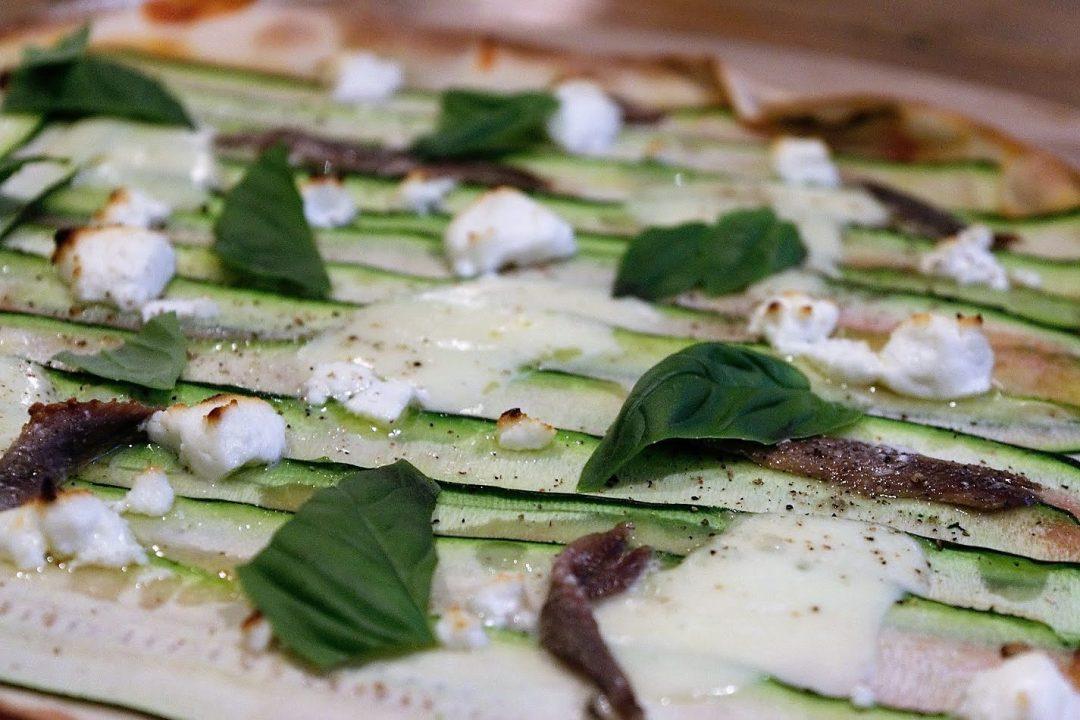 courgette pizza met ansjovis en basilicum, pizza, italiaanse keuken, groenten, biologisch, recept
