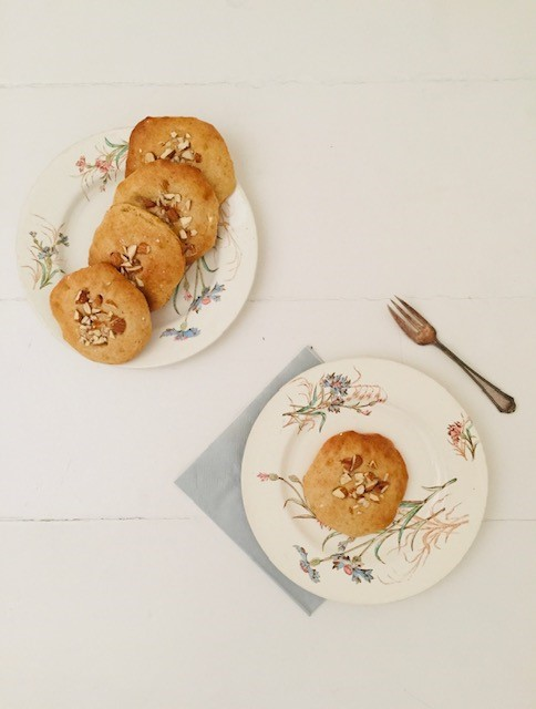 Gezonde spelt eierkoeken gezoet met honing of agave siroop met een topping van amandelen. Een gezonde keus als tussendoortje.