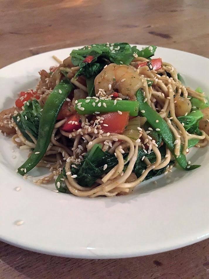 Mie met garnalen en amsoi. Een super makkelijk, snel en gezond recept voor een eenpansgerecht. Een wok gerecht met een Aziatische twist.