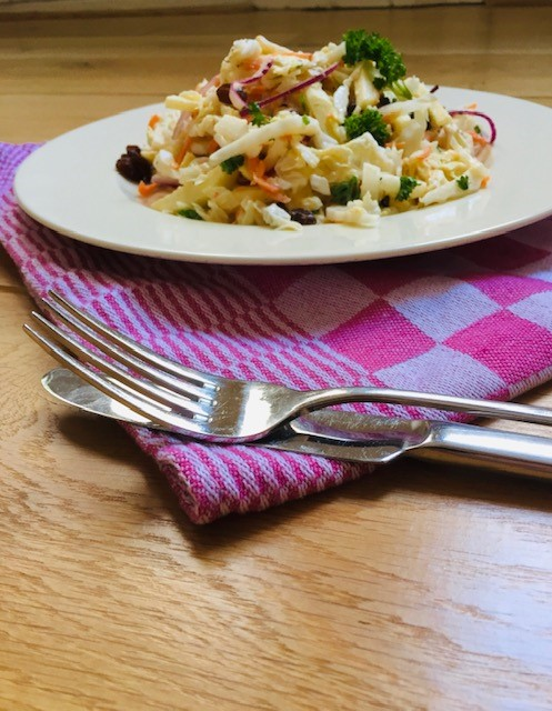 Salade van Chinese kool met wortel, appel en rozijnen. Een heerlijke vegetarische, makkelijke en gezonde salade.