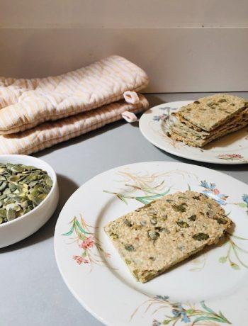 Havermout pompoenpit crackers. Een heerlijk gezond tussendoortje wat ook nog eens koolhydraatarm, glutenvrij en vegan is.