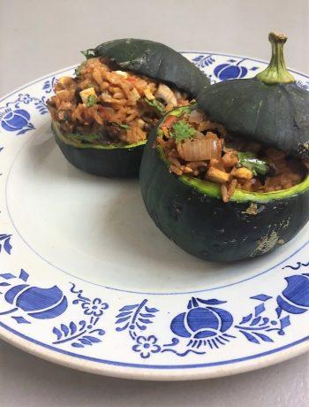 De zapallito, ook wel zomerpompoen of bolcourgette genoemd, is familie van de courgette. Gevulde zapallito courgette is een heerlijk vegetarisch hoofdgerecht.