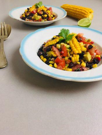 Een heerlijke en gezonde en frisse salade deze zwarte bonensalade met verse mais en avocado. Een vegetarische en veganistische salade met een Mexicaanse twist.
