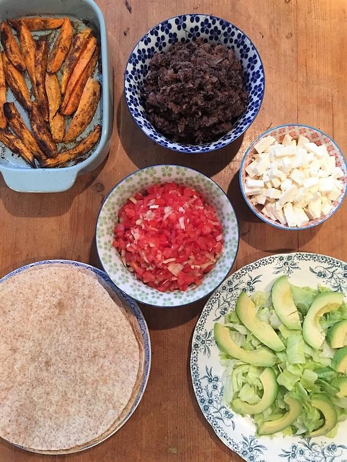 wrap met zwarte bonen, zoete aardappel en salsa, vegetarisch, vegan, groenten, biologisch, seizoensgroenten, biologisch recept