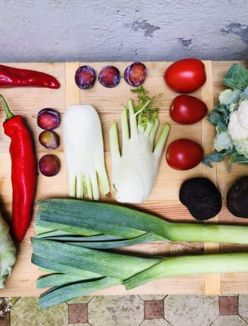 De seizoensgroenten van augustus met bijpassende recepten. Veelal vegetarisch en sommige ook veganistisch. Zowel hoofdgerechten, als bijgerechten, soepen, salades en taarten. Voor elke gelegenheid en elk moment.