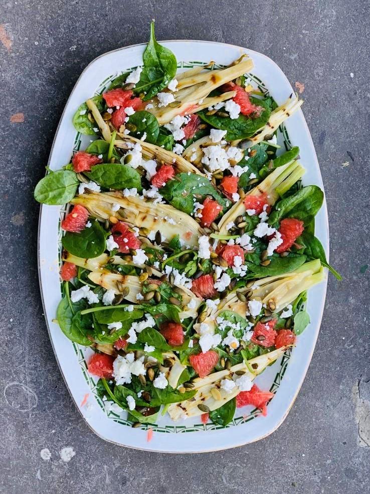 Deze vegetarische spinazie salade met gegrilde venkel en grapefruit zit boordevol groenten en ziet er prachtig uit. Heerlijk voor bij de BBQ of als lunch.