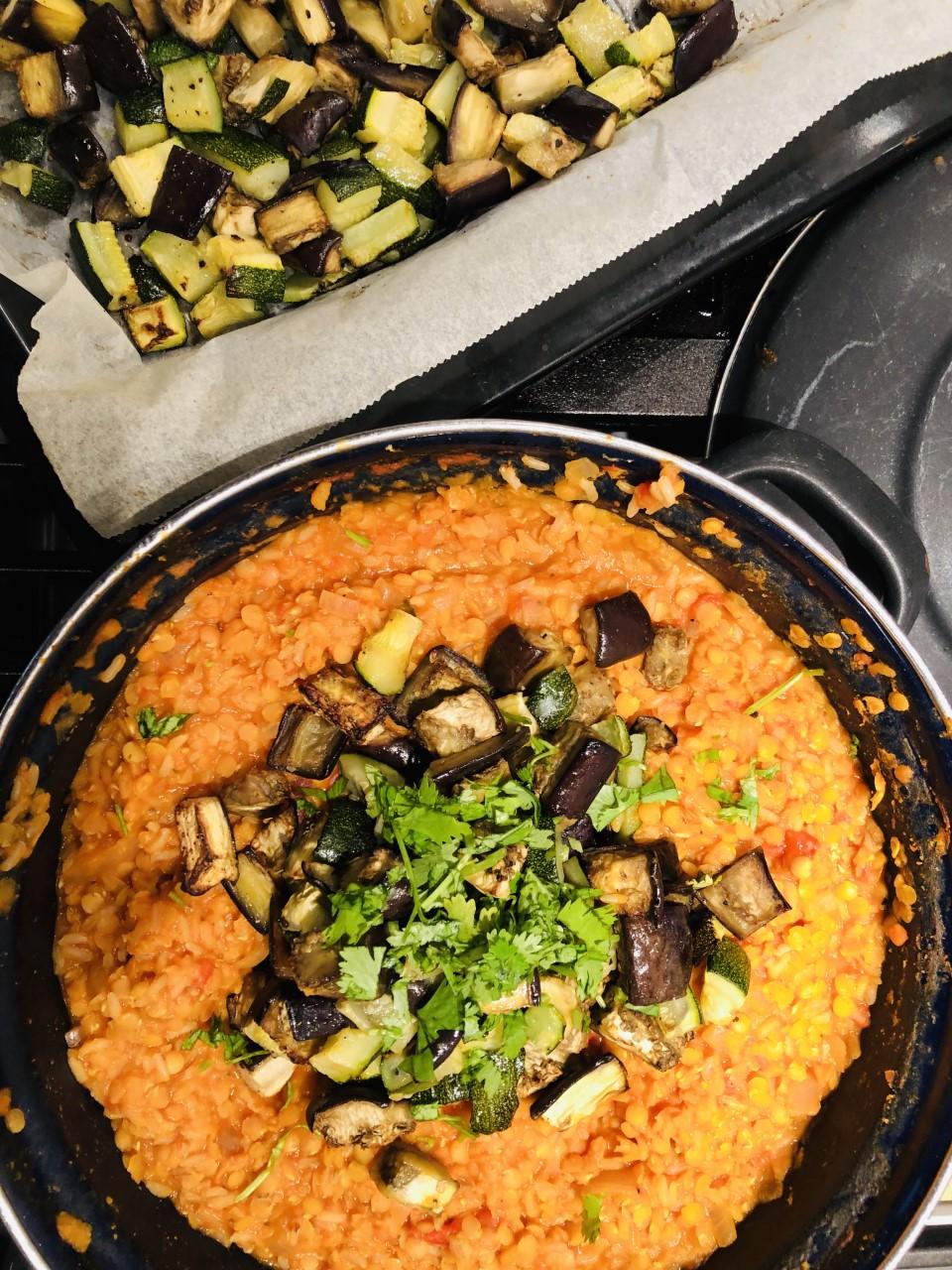Deze rode linzen dahl met courgette en aubergine is een heerlijk gezond en makkelijk recept wat ook nog volledig vegetarisch en veganistisch is. Een ideale avond maaltijd voor een doordeweekse dag.