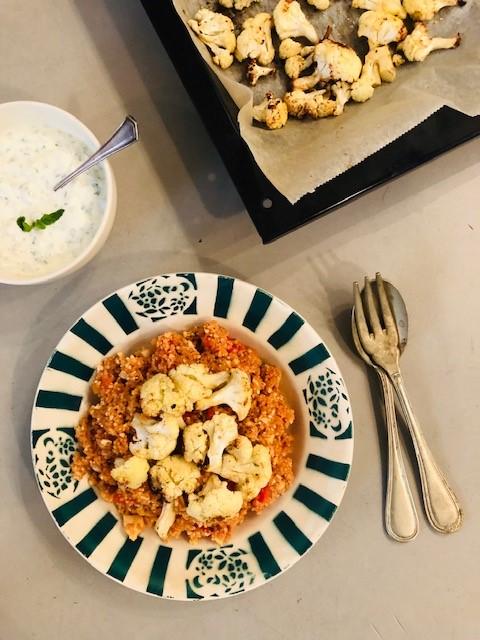 Een verrassend en lekker vegetarisch hoofdgerecht met de bloemkool in het stralende middelpunt, deze bloemkool couscous met tomaat en geroosterde bloemkool.