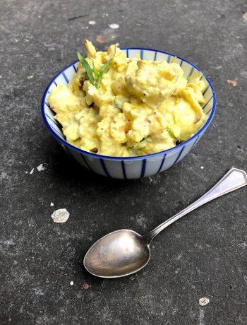 Een heerlijke vegetarische variant van de klassieke kip kerrie salade, deze eiersalade met bloemkool en kerrie. Naar recept van Yotam Ottolenghi. Een heerlijke salade voor bij de borrel, de lunch of tijdens een picknick.