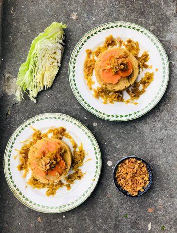 Een vegetarische en veganistische oosterse spitskool en zoete aardappel stamppot. Een heel gezond en makkelijk recept. Heel voedzaam, gezond en vol met groenten. Ideale avondmaaltijd voor een doordeweekse koude of natte dag.
