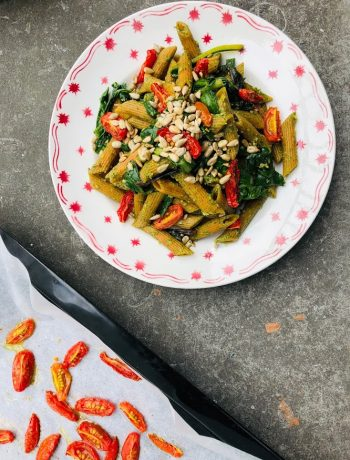 Pasta met snijbiet pesto en oven gedroogde tomaatjes. Een heerlijk gezond en vegetarisch recept voor het avondeten.