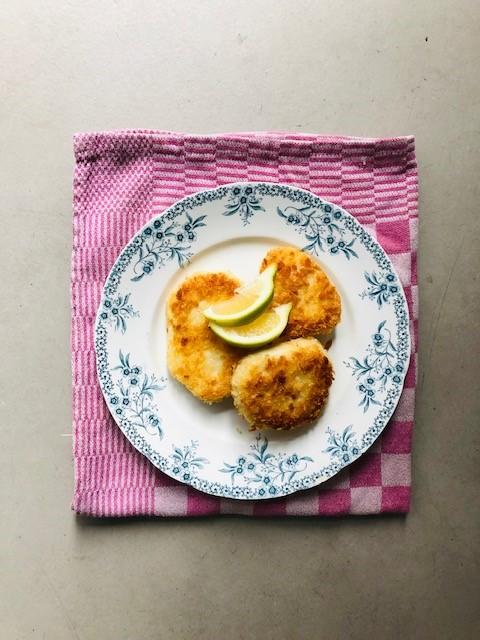Schnitzel van sous vide gegaarde knolselderij. Een heerlijke vegetarische en gezonde schnitzel die heel goed dienst doet als vleesvervanger. Lekker als bijgerecht of in plaats van vlees of vis.