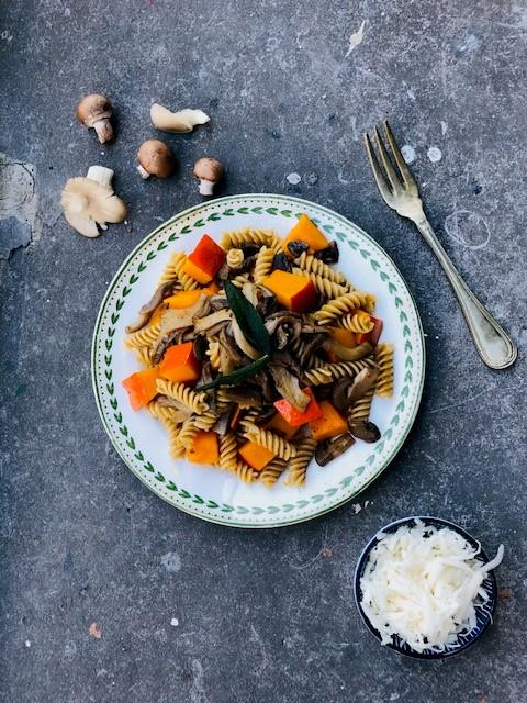 Sous vide gegaarde pompoen met pasta, oesterzwam, champignons en salie. Een heerlijke vegetarische maaltijd waarbij de pompoen een perfecte structuur en smaak heeft doordat deze in de sous vide gegaard is. Een lekker en gezond herfst recept voor het avondeten.