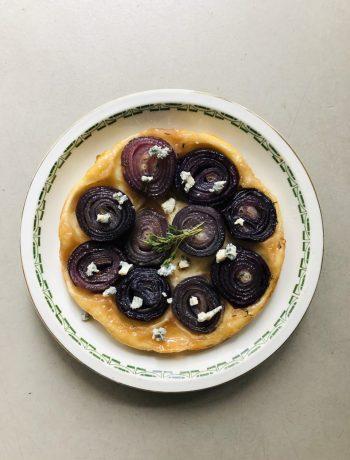 Hartige tarte tatin van rode ui en gorgonzola en tijm. Een heerlijke vegetarische quiche of hartige taart waarbij de smaken van zoet en hartig goed samenkomen. Een goede en makkelijke maaltijd voor het avondeten.