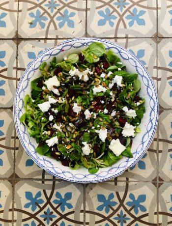 Bieten salade met veldsla en geitenkaas. Een heerlijke vegetarische salade met een dressing van balsamico en geroosterde pompoenpitten. lekker als gezonde lunch of als bijgerecht.