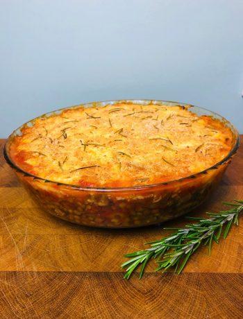 Vegetarische ovenschotel met pastinaak en linzen. Een heerlijke en gezonde ovenschotel vol met groenten zoals champignons, portobello en pastinaak. Ook wel vegetarische pie genoemd.