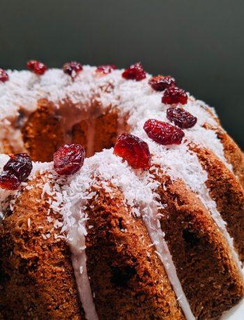 Tulband met kokos en cranberry's. Een heerlijk luchtige en winterse cake voor bij de koffie tijdens de feestdagen.