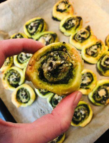 Bladerdeeg hapje met palmkool pesto en champignon. Een heerlijk vegetarisch hapje voor bij de borrel.