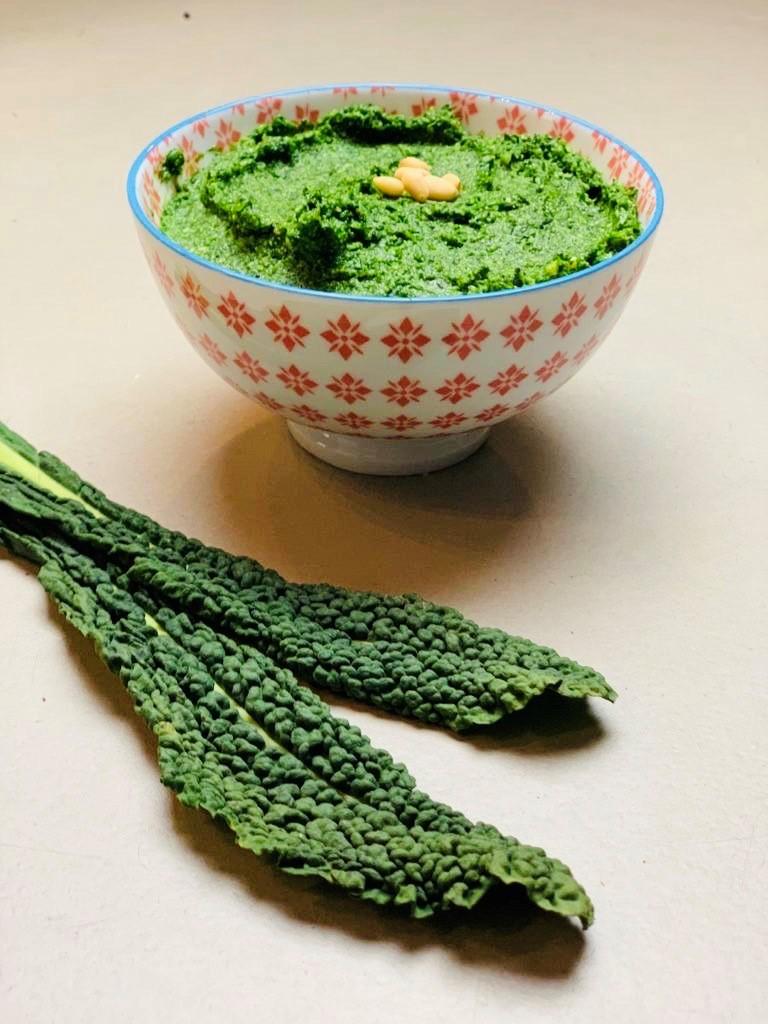 Palmkool pesto. Ook wel cavolo nero genoemd. Een heerlijke groenten pesto met pijnboompitten en Parmezaanse kaas.