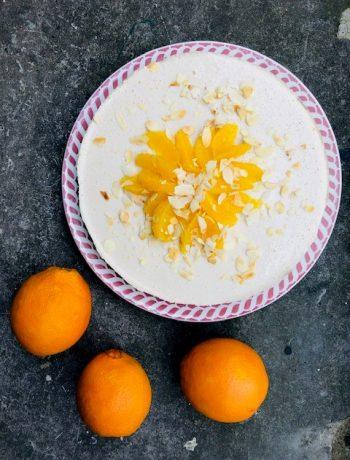 Suikervrije sinaasappel kwarktaart. Een heerlijke gezonde taart van sinaasappel, banaan en kwark. met een bodem van amandelen en dadels.