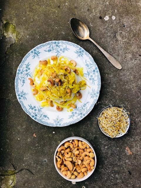 Chinese kool roerbakken met kerrie, taugé en cashewnoten is super makkelijk. Dit recept staat binnen 30 minuten op tafel. Een heerlijk en vegetarisch recept.