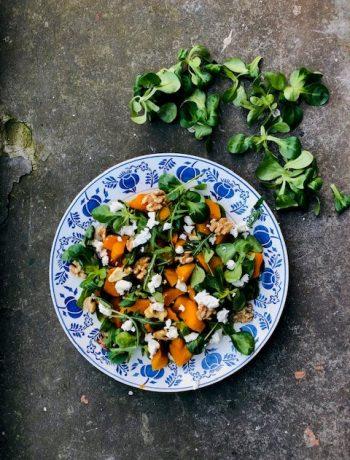 Salade met geroosterde pompoen, veldsla, rucola en geitenkaas. Een heerlijke gezonde en vegetarische salade die je ook kunt eten als maaltijd salade. lekker als lunch of als lichte maaltijd.