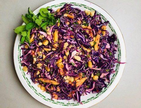 Rode kool salade met mango en macademia noten. met een heerlijke pittige dressing, munt en koriander. Naar recept van Yotam Ottolenghi.