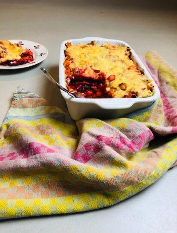 Een heerlijke vegetarische en gezonde lasagne van rode bieten, wortel en geitenkaas. Een recept boordevol groenten en makkelijk voor te bereiden als avondeten.