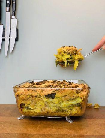 Een heerlijke ovenschotel, deze ovenpasta met groene kool en prei. Een lekker en makkelijk vegetarische hoofdgerecht voor een doordeweekse dag.
