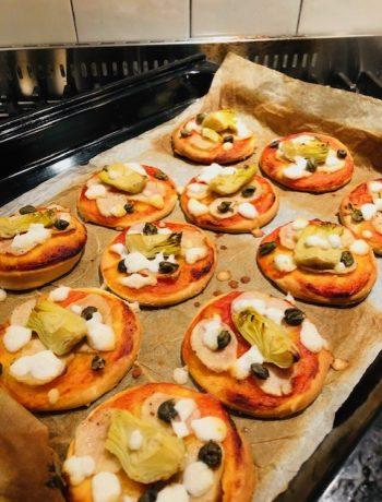 Mini pizza's met aardpeer en artisjok. Heerlijk als hapje voor bij de borrel of tijdens een picknick. Een lekker vegetarisch recept met de vergeten groente aardpeer.
