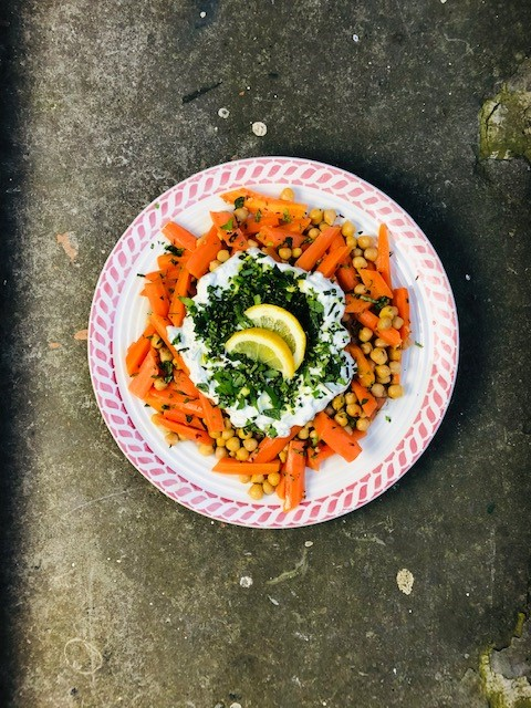 Een heerlijke vegetarische en gezonde salade van sous vide gegaarde wortel, kikkererwten en een frisse yoghurt kruiden dressing. Lekker als lichte avondmaaltijd, als bijgerecht of als lunch.