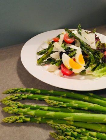 Een groene salade met geroosterde groene asperges. De lente op je bord! Een heerlijke en frisse salade die je goed kan eten als lichte maaltijd of lunch.