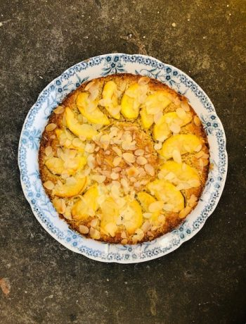 Eens wat anders proberen dan een klassieke boterkoek? Bak dan eens deze boterkoek met havermout en appel. Verrassend lekker en net wat gezonder en frisser.
