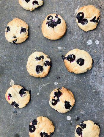 Heerlijke koekjes voor bij de koffie met de fris zure blauwe bessen. Een snel en makkelijk recept wat binnen no time in de oven staat.