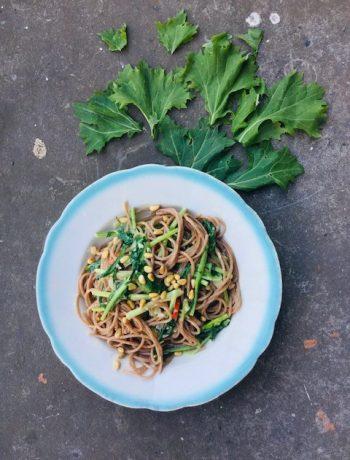 Weet je niet wat je van raapstelen moet maken en vind je het een moeilijke groente? Probeer dan eens deze super simpele en smaakvolle vegetarische pasta, of eigenlijk spaghetti met raapstelen. Een gezond en snel hoofdgerecht.