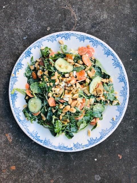 Een frisse licht pittige waterkers salade met feta en amandelen. Een heerlijke rauwkost salade. Ideaal als bijgerecht of als lichte maaltijd tijdens wat warmere dagen.