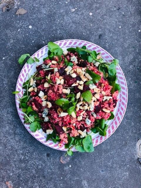 Een heerlijke voedzame vegetarische bulgur salade met geroosterde rode biet, waterkers, amandelen en blauwe kaas. Een ideale en gezonde maaltijdsalade.