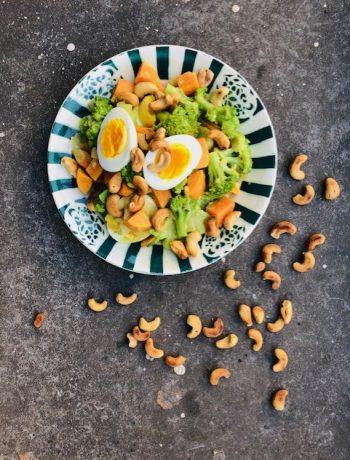 Een heerlijke vegetarische curry met broccoli, zoete aardappel en eieren. Een snel en gezond vegetarisch hoofdgerecht met broccoli.