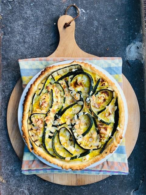 Een zomers quiche met gegrilde courgette en geitenkaas. Een vegetarische quiche die zowel koud als warm geserveerd kan worden. Lekker als vegetarisch hoofdgerecht.