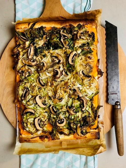 Een vegetarische groenlof plaattaart met zoete aardappel puree, champignons en gorgonzola. Een heerlijke combinatie van de bittere groenlof met de zoete aardappel en de zoutige gorgonzola.