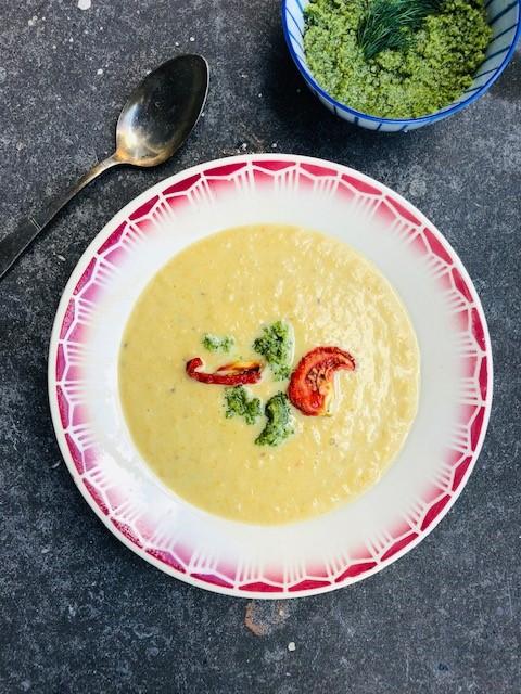 Een verrassende en fluweelzachte venkel wortel soep met zelfgemaakte dille pesto. Een verwarmende en vegetarische soep.