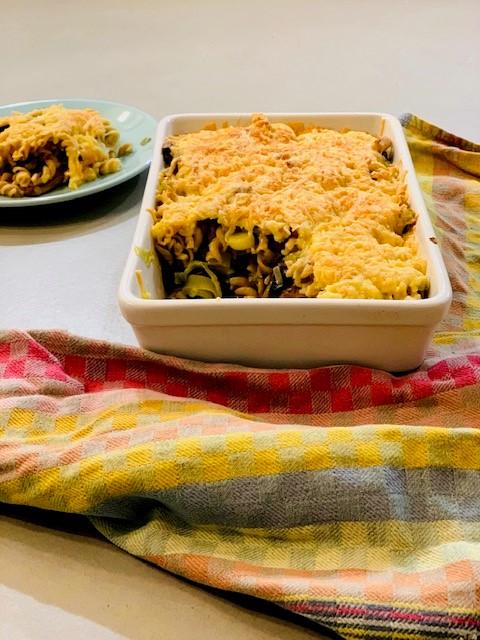Een heerlijke vegetarische ovenschotel van pasta met prei en champignons. Met een krokant kaas korstje. Een ideaal en makkelijk voor te bereiden recept voor een doordeweekse dag.
