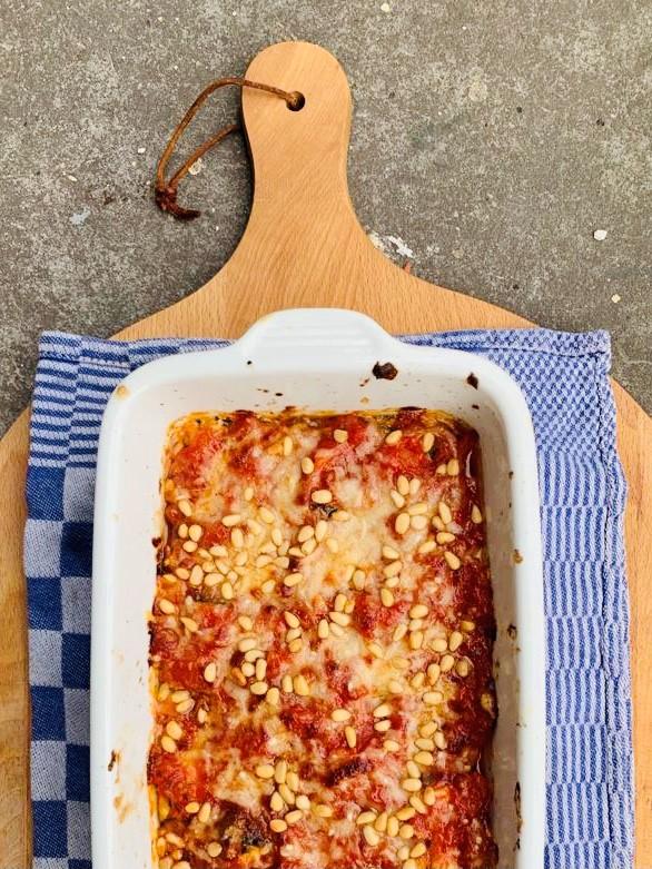 Heerlijke gegrilde courgetterolletjes met ricotta, geitenkaas en munt. Gegratineerd in de oven. Een lekkere én koolhydraatarme vegetarische ovenschotel.