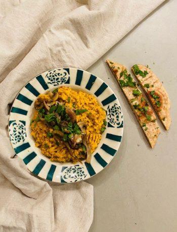 Een heerlijke en voedzame vegetarische en veganistische linzencurry met paddestoelen. Een makkelijk en snel recept wat je zo op tafel hebt gezet.